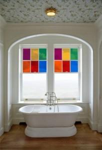 szklany witraż w łazience