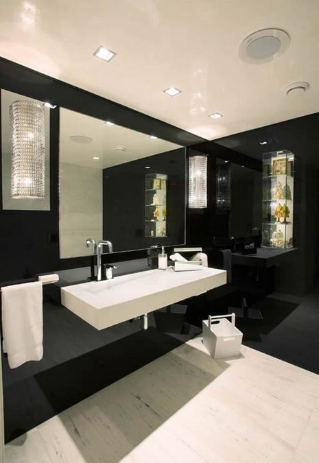 Biało-czarna łazienka urządzona na wysoki połysk (źródło: pinterest)