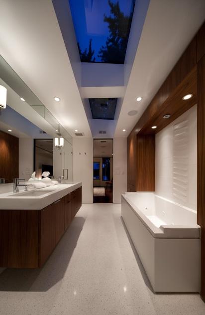 Nowoczesna łazienka utrzymana w bardzo naturalnym stylu z użyciem bieli i naturalnego drewna (źródło: pinterest)