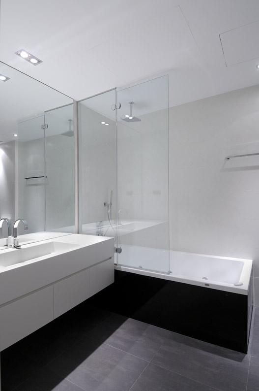 Nowoczesna łazienka w bardzo minimalistycznym i surowym wydaniu (źródło: pinterest)