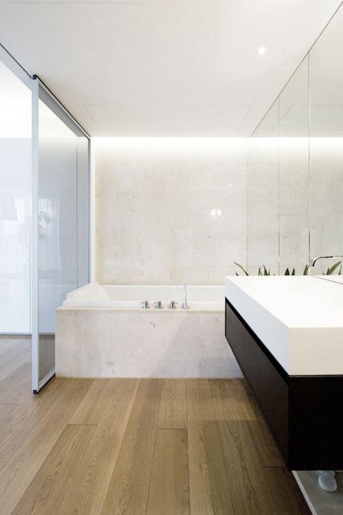 Nowoczesna łazienka w jasnej odsłonie: biel i naturalne drewno (źródło: pinterest)