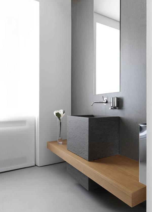 Nowoczesna łazienka utrzymana w odcieniach szarości z dodatkiem naturalnego drewna (źródło: pinterest)