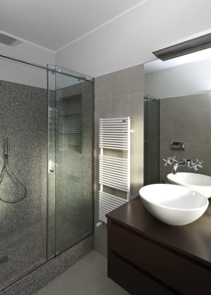 Nowoczesna łazienka w odsłonie beżowo-brązowo-grafitowej (źródło: pinterest)