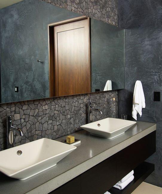 Grafitowa łazienka w surowym wydaniu. Główną rolę gra tu kamień (źródło: pinterest)