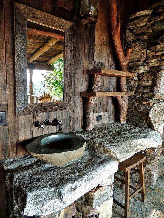 Naturalny kamień (w dosłownym wydaniu) i drewno to sprawdzony przepis na ekologiczną łazienkę (źródło: pinterest)