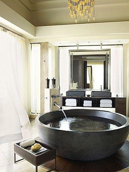 okrągła wanna - idealna do dużej łazienki (źródło: pinterest)