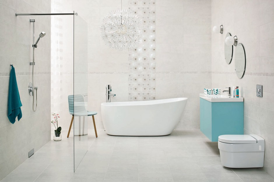 biała łazienka i morskie dodatki w w postaci szafki, krzesła i  ręcznika