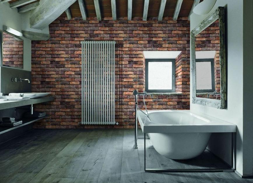 surowa cegła na ścianie w łazience na poddaszu