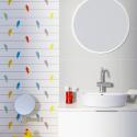 kolorowe dodatki w białej łazience