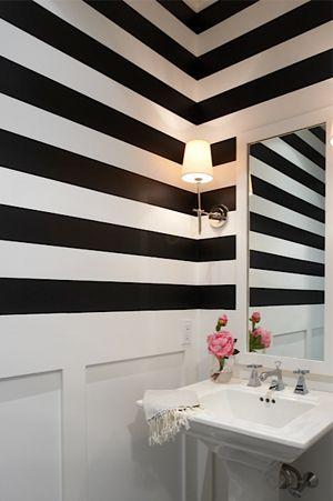 biało czarna tapeta w łazience