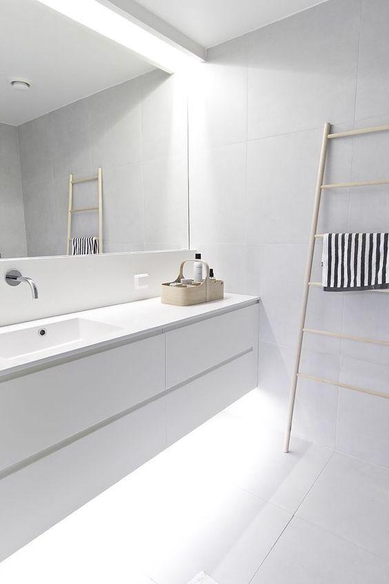 białe płytki wielkoformatowe powiększają optycznie powierzchnię łazienki