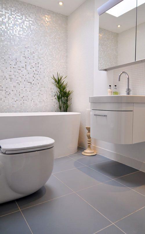 błyszcząca mozaika i duże lustra bez ram optycznie powiększą małą łazienkę