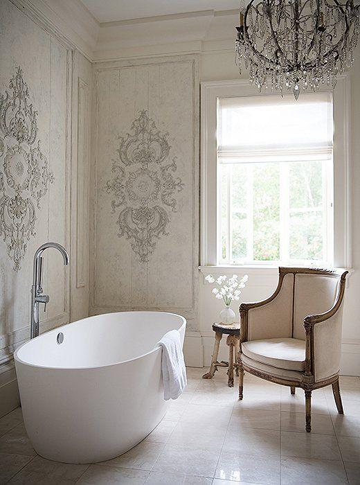 łazienka w stylu francuskim ze stylizowanymi na pałacowy meblami z bogatym żyrandolem i dekoracyjnymi ścianami