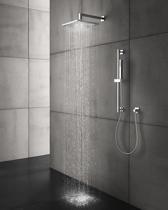 czarne płytki wielkoformatowe na podłodze i szare na ścianie prysznica walk-in ze srebrną kwadratową deszczownicą