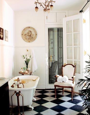 łazienka w stylu francuskim z kryształami i dużym żyrandolem w pałacowym stylu