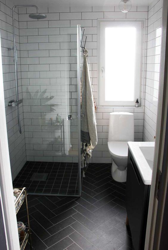 biało czarna mała łazienka z prysznicem bezbrodzikowym walk in