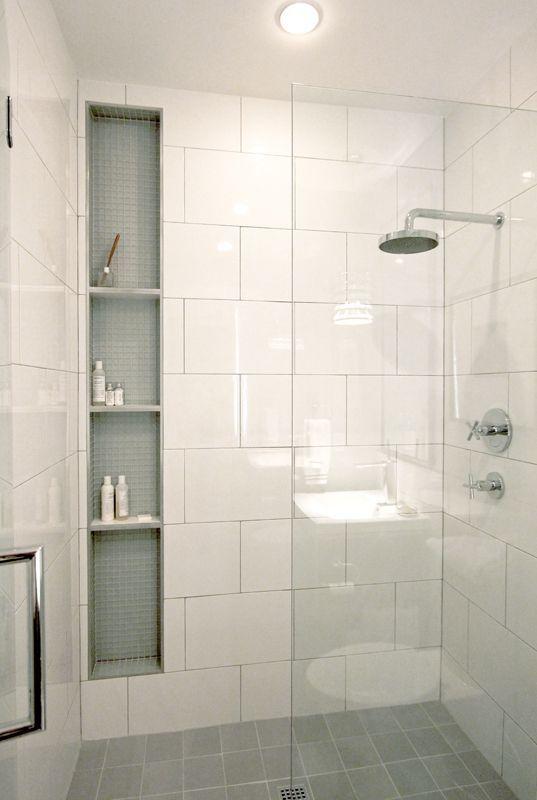 mała łazienka z prysznicem walk in w kolorach neutralnych