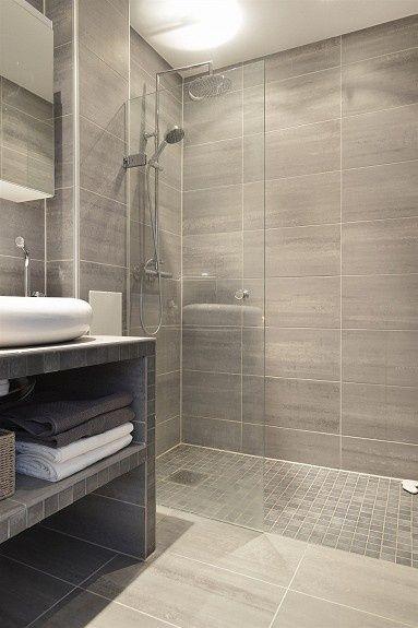 beżowa mała łazienka z prysznicem walk in