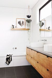 łazienka urządzona na biało