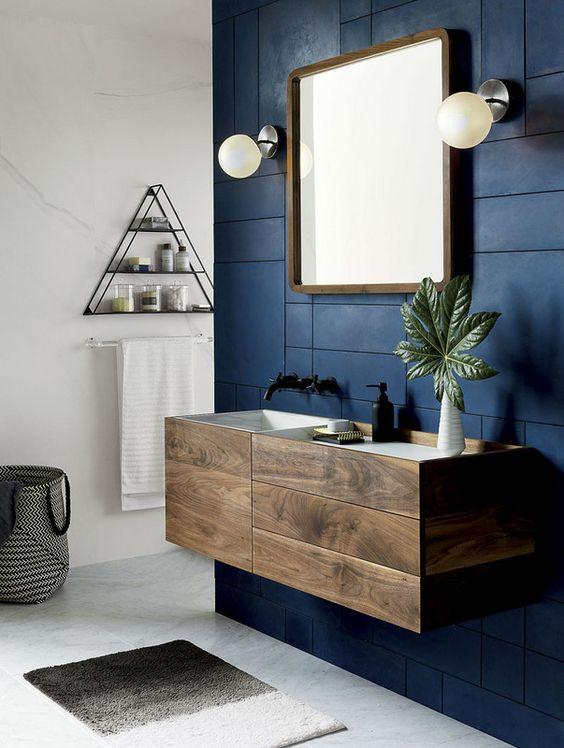 niebieska ściana w łazience